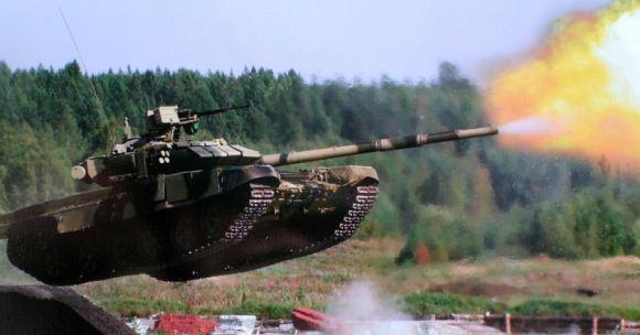 Tank T-90 melompat sambil menembakkan meriam