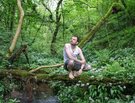 Un uomo occidentale immerso nella natura selvaggia