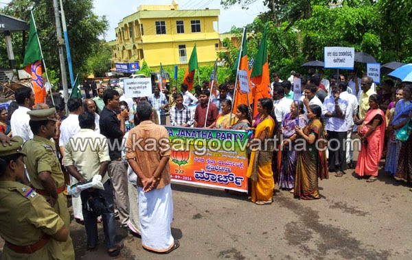 BJP, Protest, Municipality, Kasaragod, Kerala, Bad roads: BJP conducts municipal office march