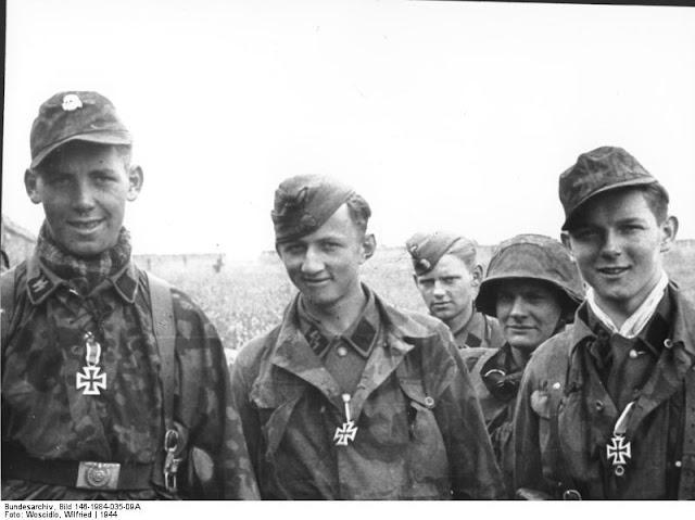 Les tenues allemandes en camouflage italien. Ardenne--SS-de-la-15_-25-apres-une-remise-de-croix-dans-l-