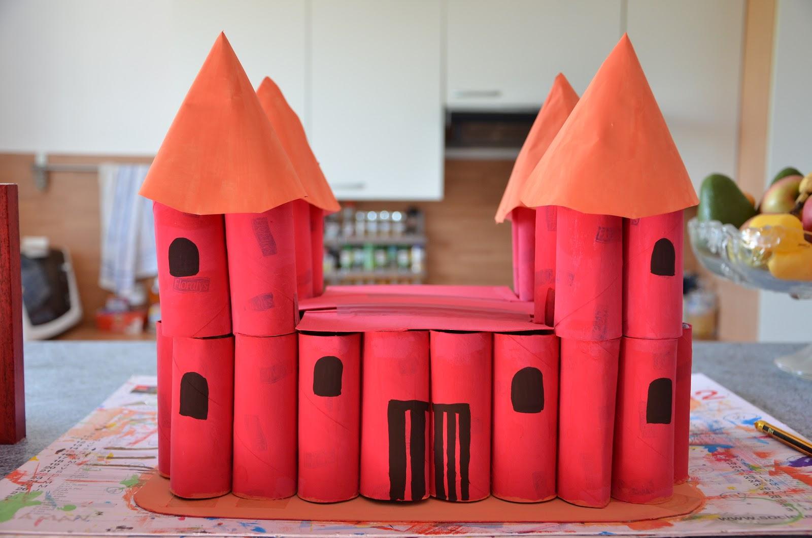 Nounou mariposa et ses chenilles chateau fort en carton - Activite manuelle avec des rouleaux de papier toilette ...