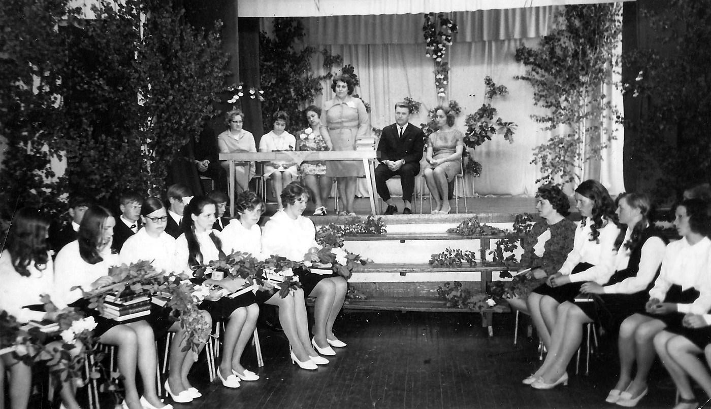 Skolotājas Arvīdas Miškas klases izlaidums 1970-tie gadi - 1 (pirms tika pārveidota par vidusskolu)