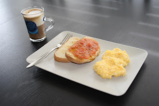 el desayuno de Polo: café, tostada salada y huevos revueltos