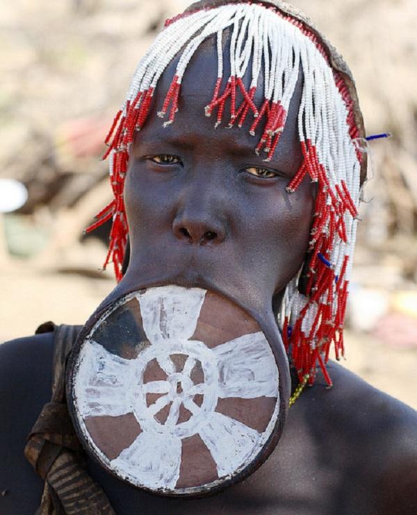 Kinh dị bộ tộc làm đẹp đeo đĩa lên môi 8