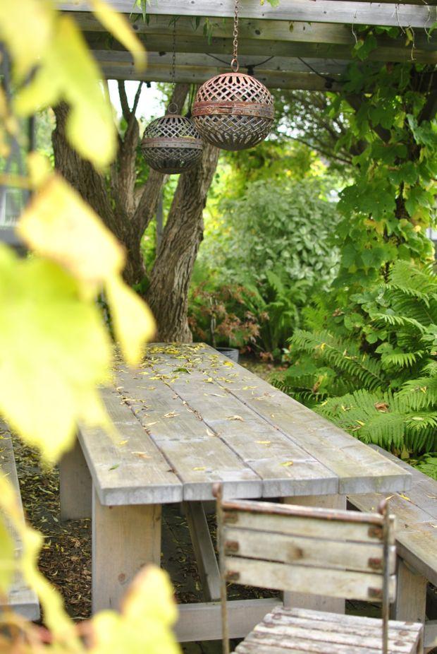 höst trädgård pergola rostiga eldklot diy bord