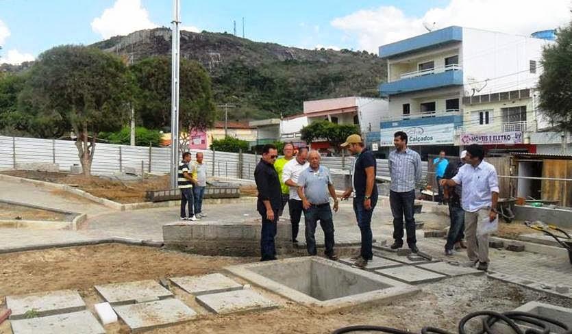 Prefeito, vice-prefeito e secretários acompanhando a obra da praça