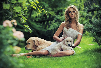 Mujer bonita con sus perros en el jardin
