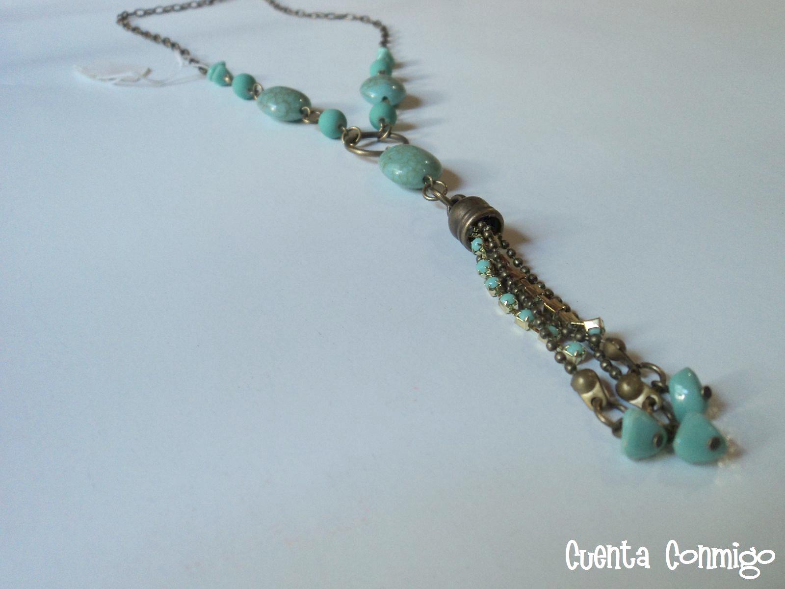 Collar con cuentas de cerámica y escallas, strass y cadena redonda.