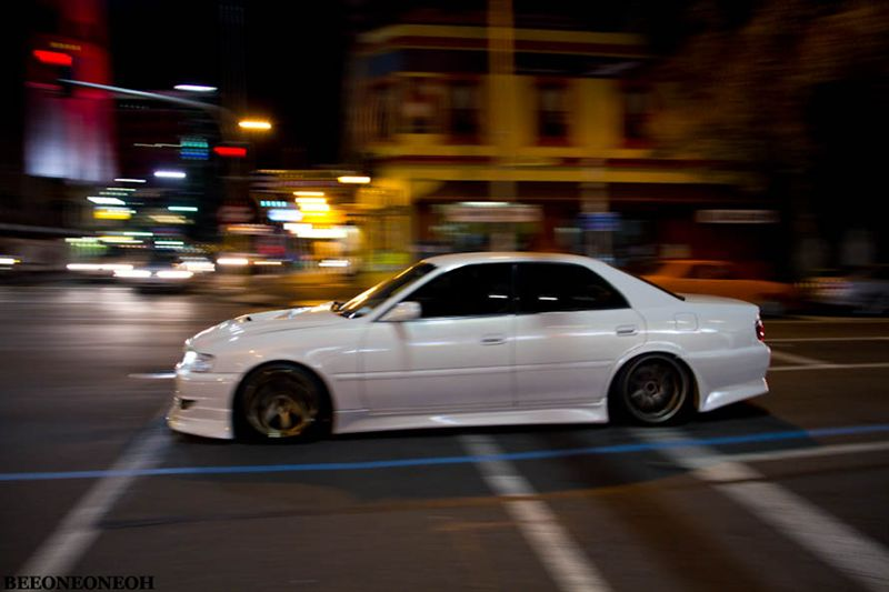 Toyota Chaser X100, tylnonapędowy sedan, z napędem na tył, do driftu, silnik sześciocylindrowy, kultowy, JDM, tylko na rynek japoński, 1JZ-GTE, RWD, tuning, noc, zmierzch, miasto nocą