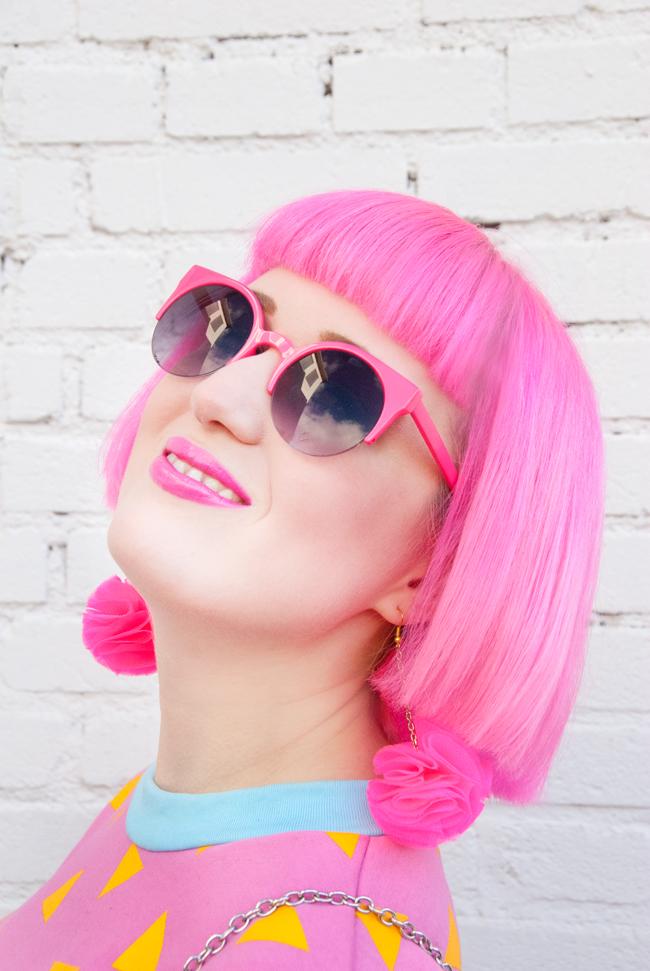 Quay Eveware, neon look, pompom earrings