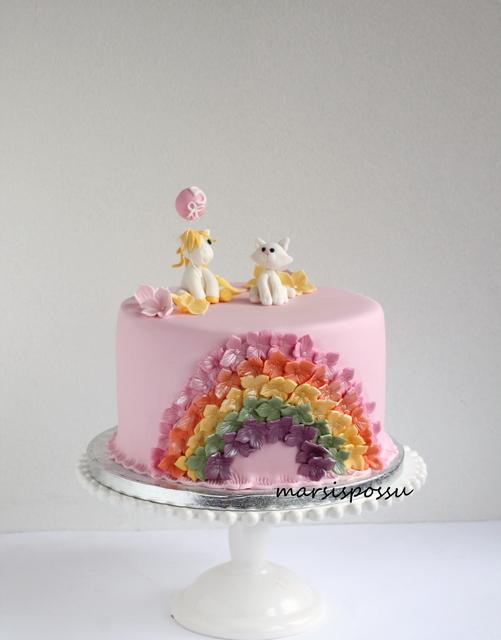 Kukkasin koristeltu kakku