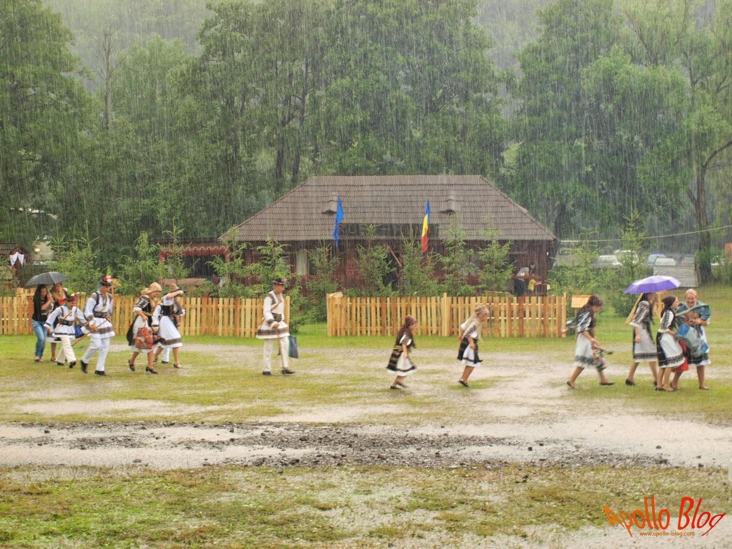 Oameni fugind de ploaie imbracati traditional