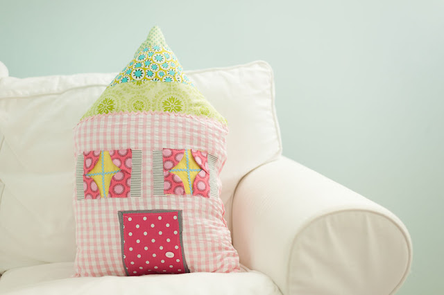livingtheswelllife.blogspot.com dollhouse pillow