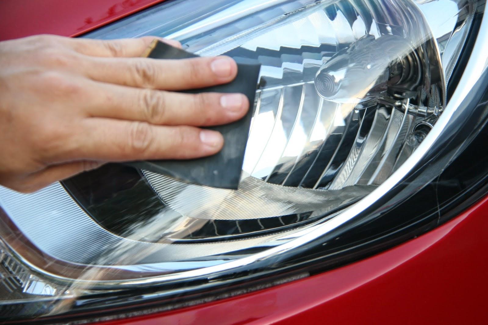 comment nettoyer les lentilles de phare d 39 une voiture. Black Bedroom Furniture Sets. Home Design Ideas