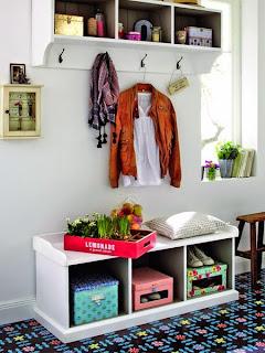 Wieszaki i szafki w przedpokoju, kolorowy dywan i szafka na buty