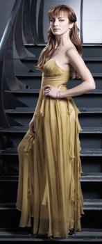 Silvia Navarro con cabello lacio y vestido dorado