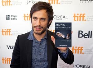 Gael García Bernal con Atrévete a ser escritor, de Carlos del Río