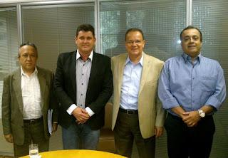 Prefeito Arlei e secretário estadual de Obras, Hudson Braga (ao centro) com assessores: parceria pela realização de obras em Teresópolis