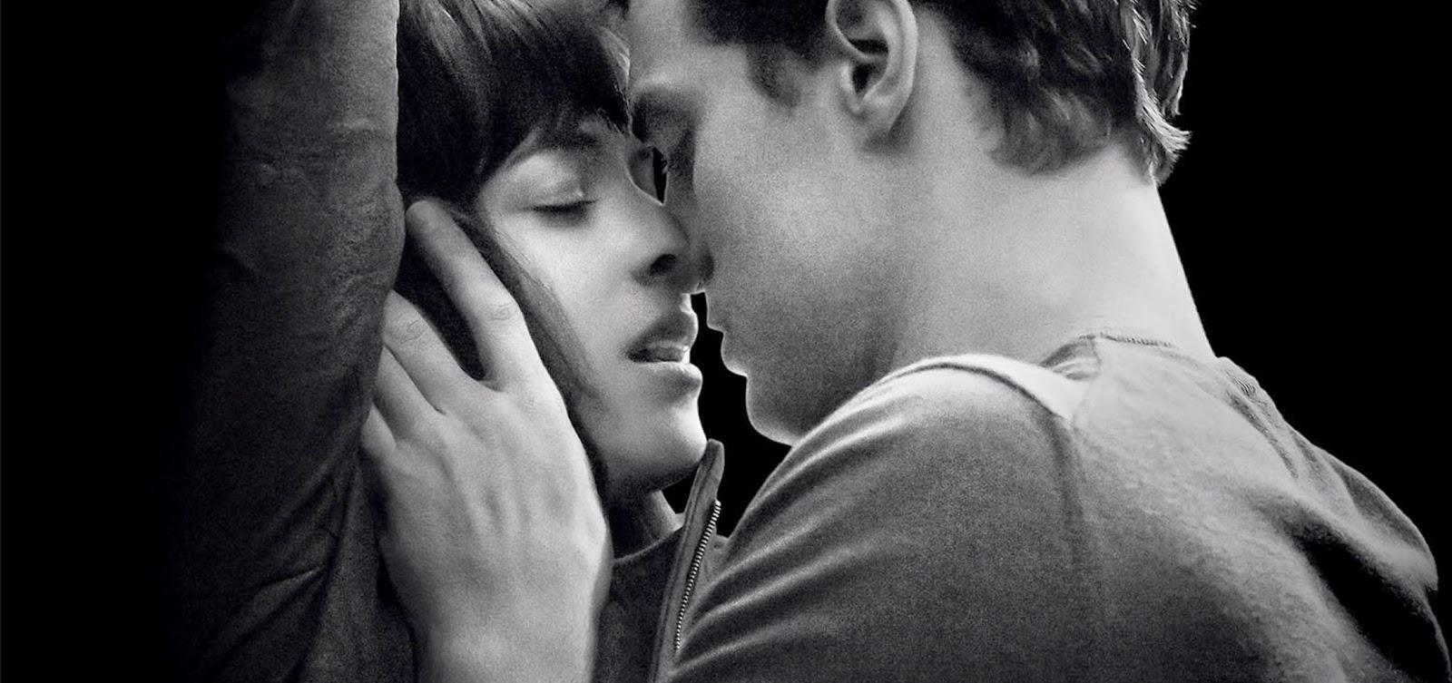 Christian Grey surpreende Anastasia Steele em cena de Cinquenta Tons de Cinza