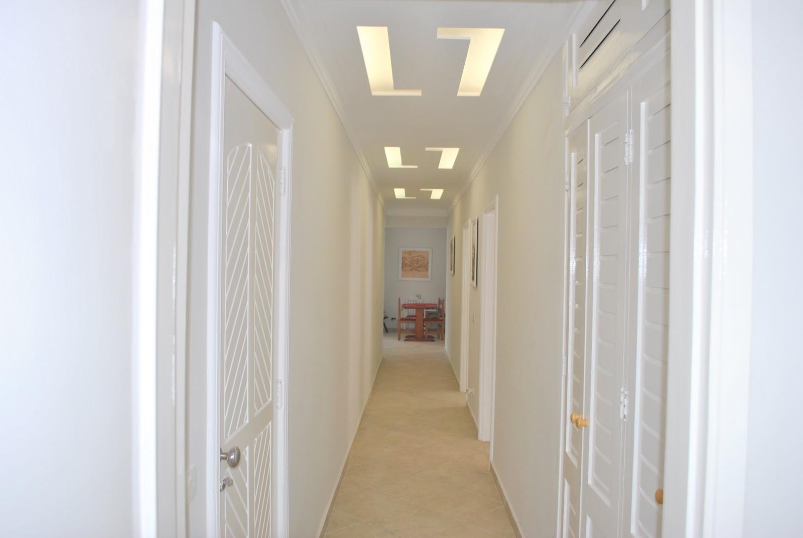 Detalhe da iluminação no teto dois quadros no início do corredor #8B6A40 1600x1071 Banheiro Com Janela No Teto