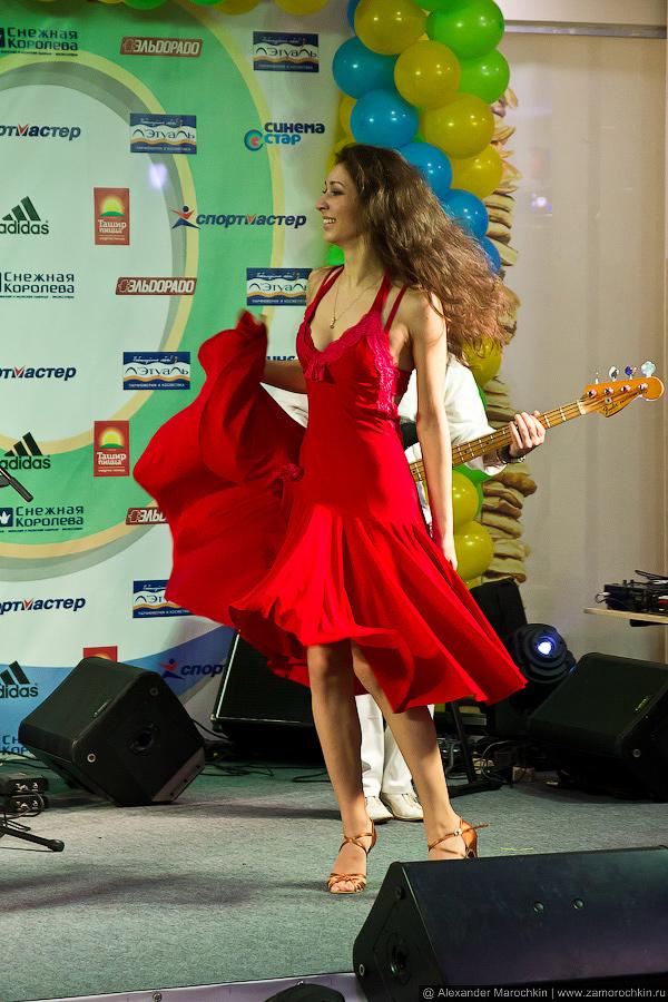 Танцовщица в красном платье