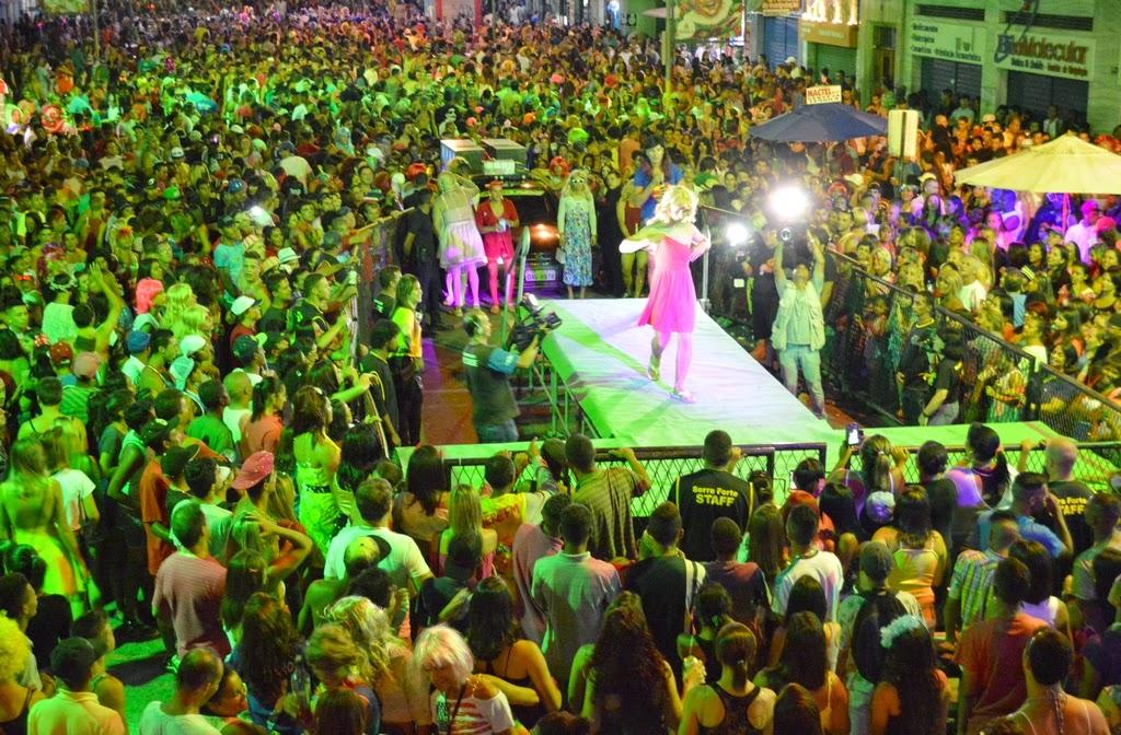Foliões se divertem com o desfile do concurso Rainha das Piranhas