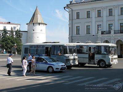 Полицейские автомобили на площади 1 Мая в Казани