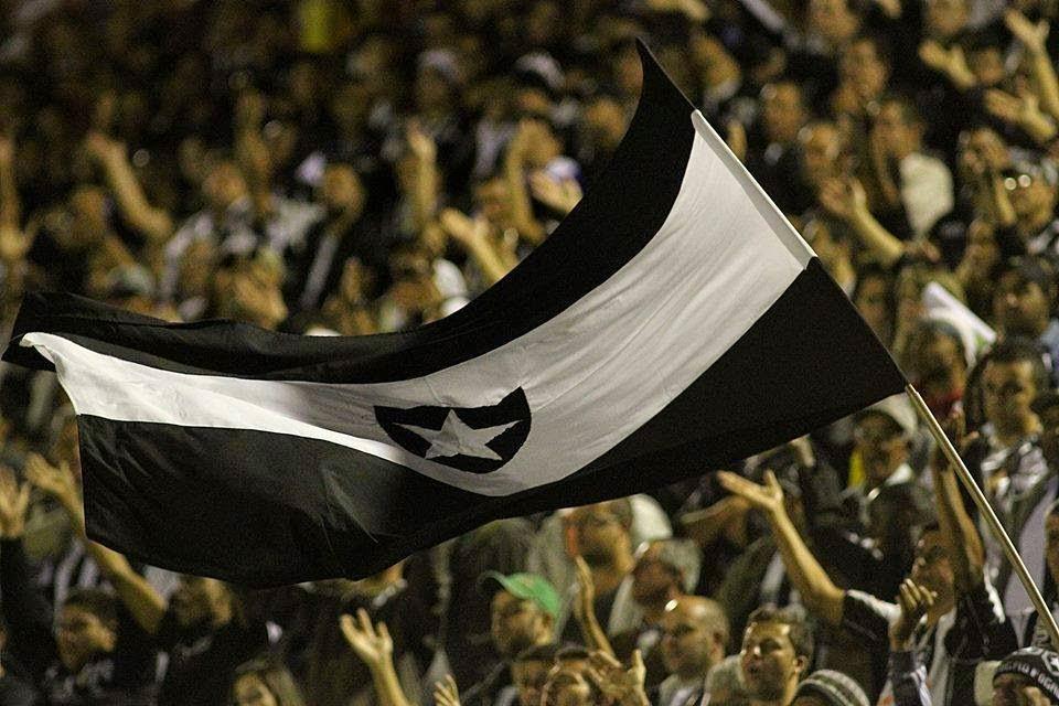 Sem time, sem salário e jogando com dez Botafogo vence Corinthians