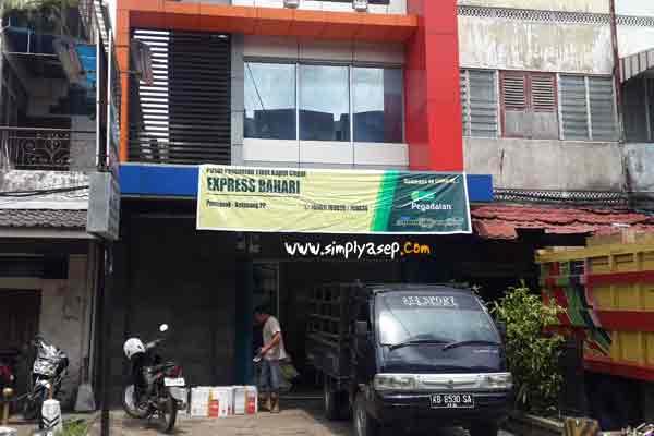 Inilah Express Bahari yang diambil fotonya dari depan. Mereka siap antar barang ke seluruh kota kota di Kalimantan Barat. Foto Asep Haryono