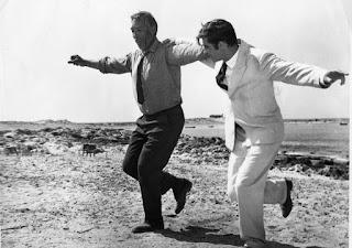 Fotograma de la película Zorba el Griego, en el que aparece Basil y Zorba Bailando el Sirtaki