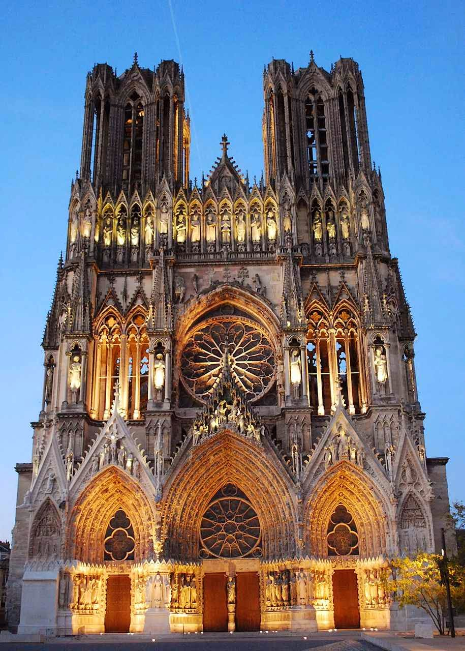 Catedral de Reims iluminada na noite