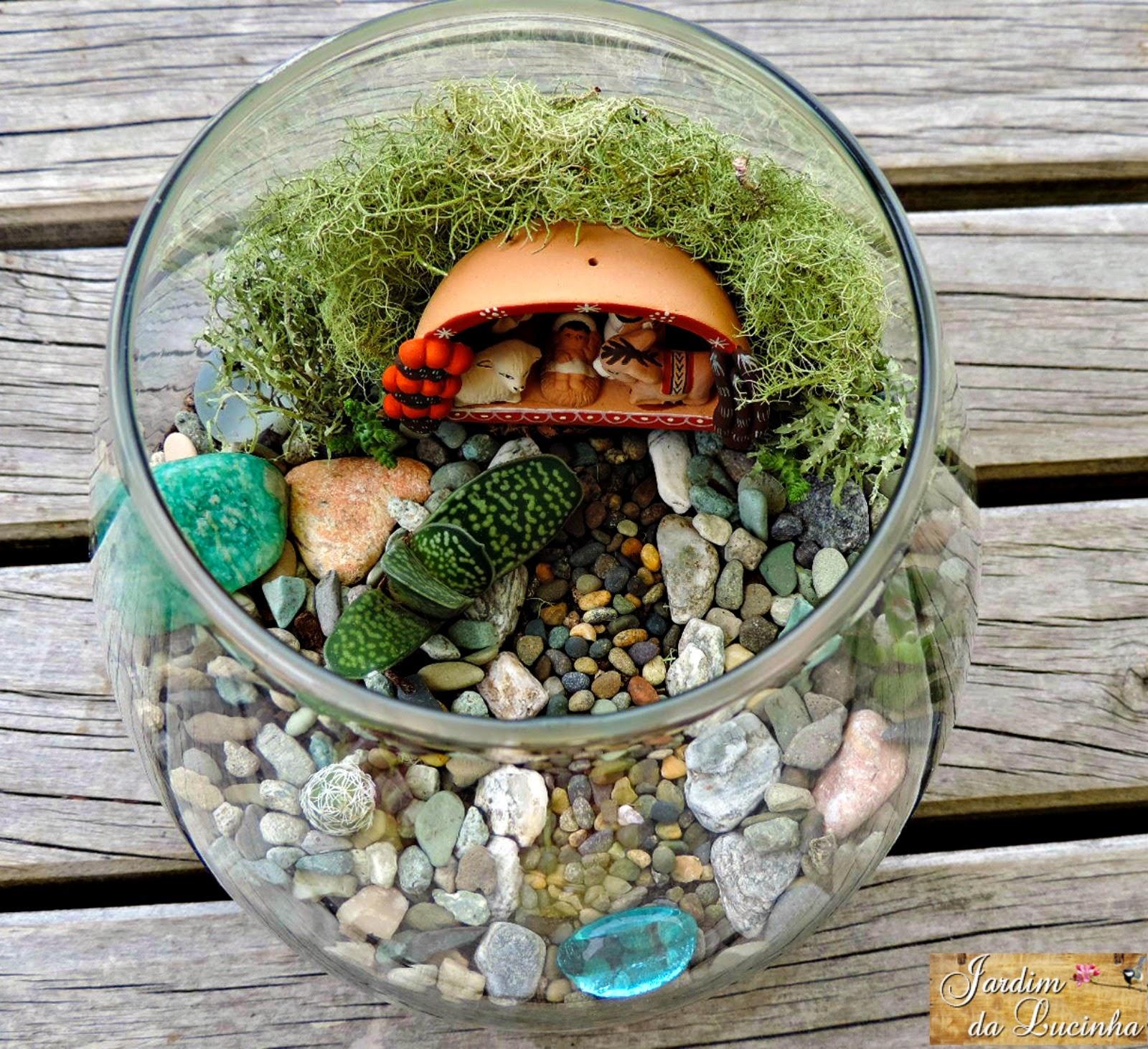 mini jardins no vidro:Um pequeno presépio de cerâmica, pedrinhas, suculentas, pequenos