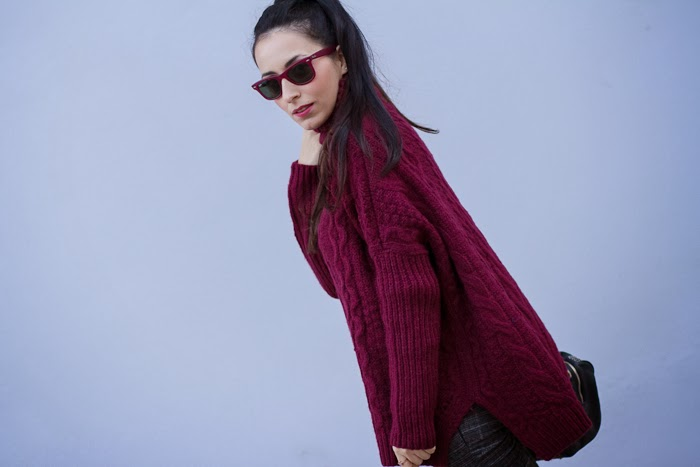 Maxi Jersey de Cuello Alto color Burgundy con Gafas Ray Ban Wayfarer en color Burgundy