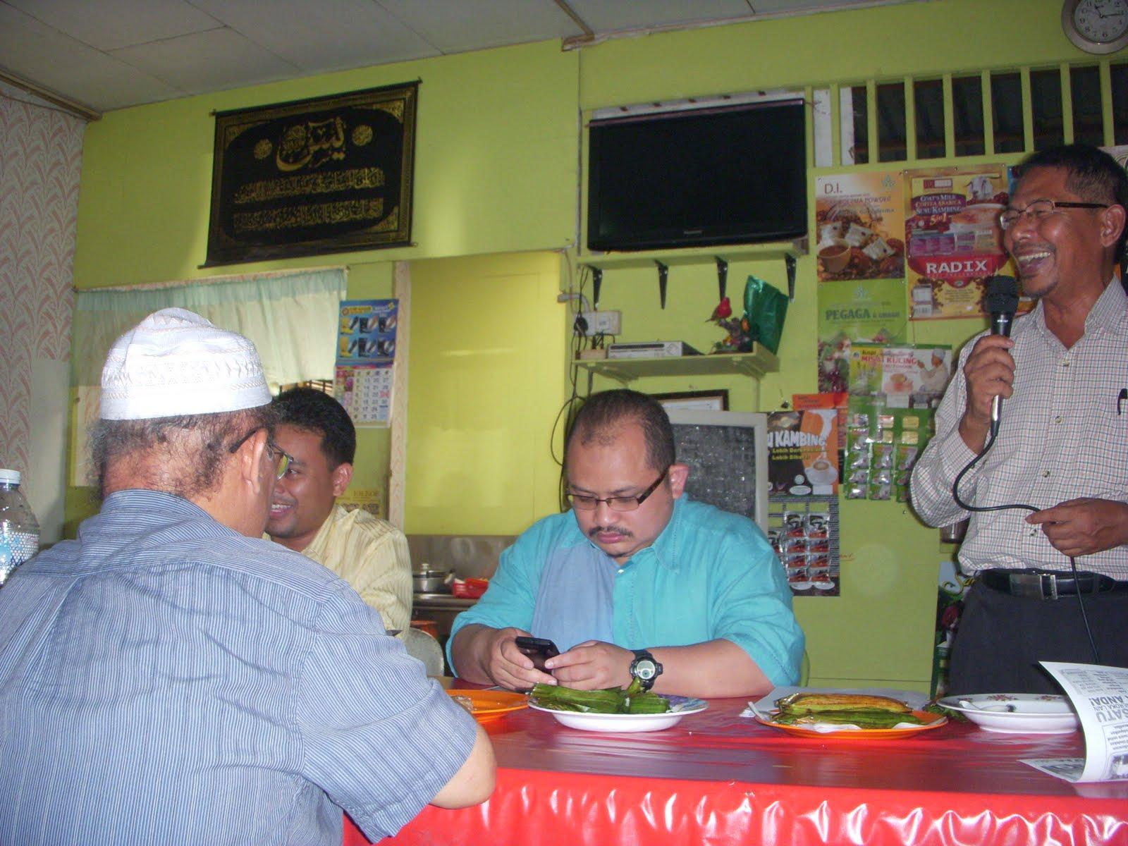 Suhaimi Said memulakan ucapannya dengan gurauannya bertanya mengenai harga gula di Felda Sg Tengi Apabila dijawab harga gula berharga RM2 30untuk 1 kilo