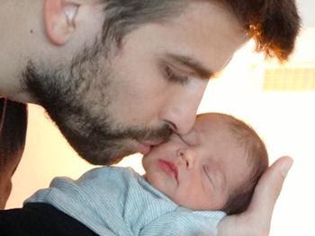 Shakira divulga primeira foto do filho Milan, nos braços de Piqué