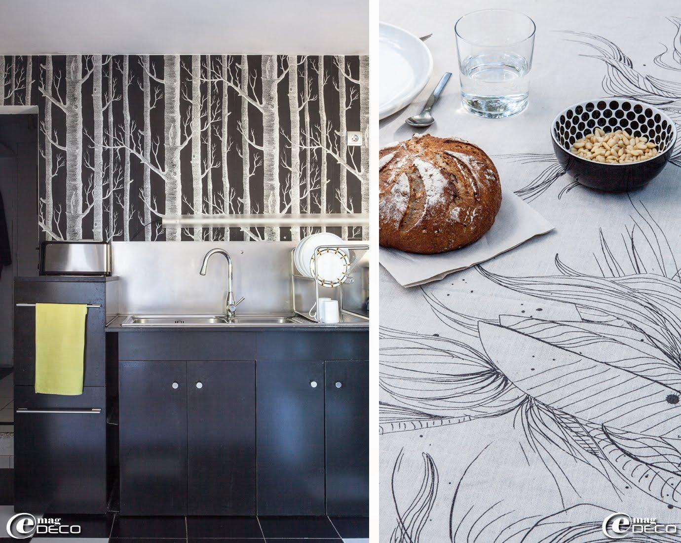 Chez Chloé Sanier, designer textile et créatrice de la marque Marcelise, des façades de cuisine en médium teinté dans la masse sur des caissons Ikea, une tapisserie 'Cole & Son'