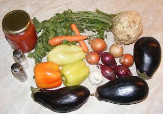 ingrediente necesare pentru a prepara tocanita de vinete cu legume sau mancare de vinete de post, legume, suc de rosii, vinete, ardei, ceapa, morcovi, usturoi, retete culinare,
