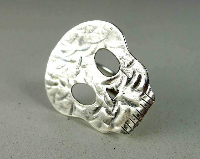 anillo calavera en plata
