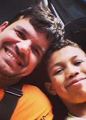 Gay solteiro ganha licença de seis meses após adotar menino de nove anos