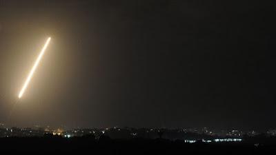Israel reage a disparos de foguetes com ataque aéreo