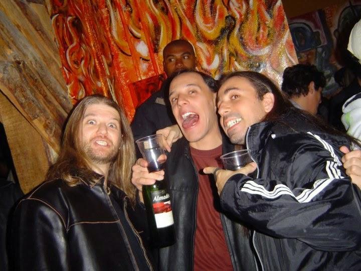 Marco, Renato e Fábio se divertindo à base de vinho no show dos Velhas Virgens