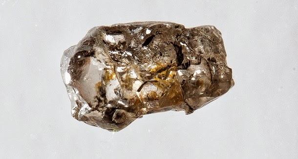 Diamante raro revela que o interior da Terra tem oceanos de água