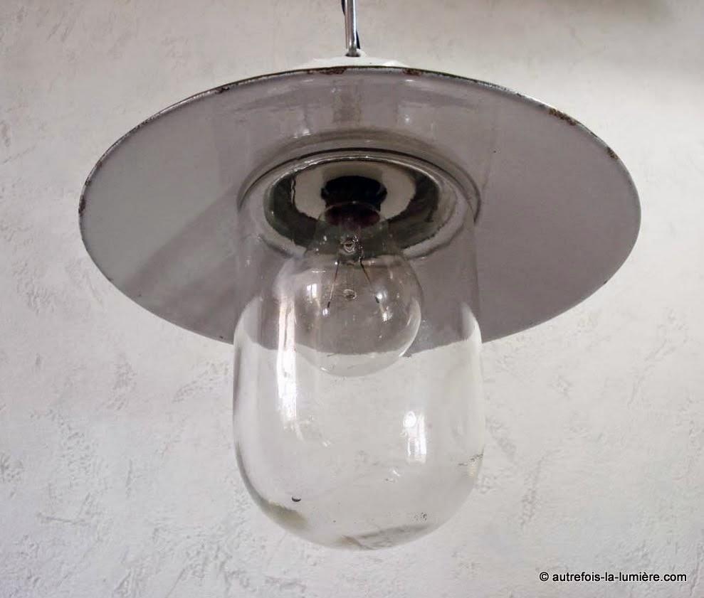 Ancienne lampe de cour suspendre for Lampe exterieur ancienne