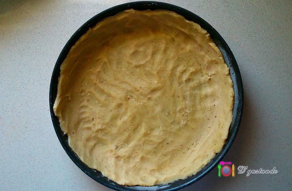La base de la tarta está hecha con masa Sablée