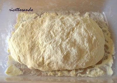 pizza soffice con lievito madre l'impasto dopo le piegature