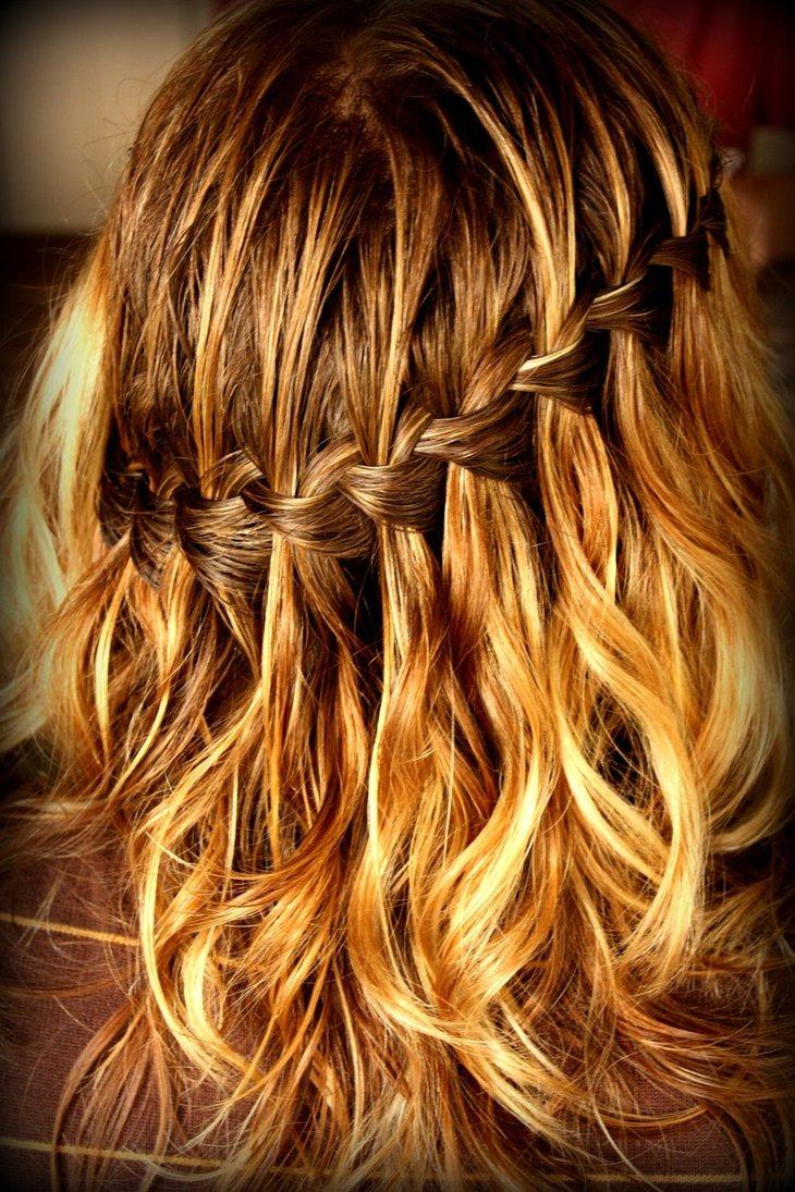 Фото косичка на распущенных волосах