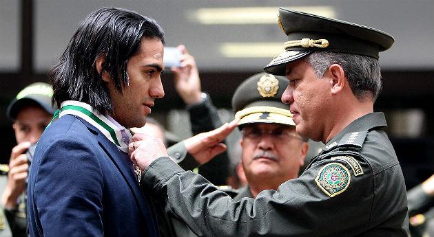 Falcao fue condecorado por la Policía Nacional