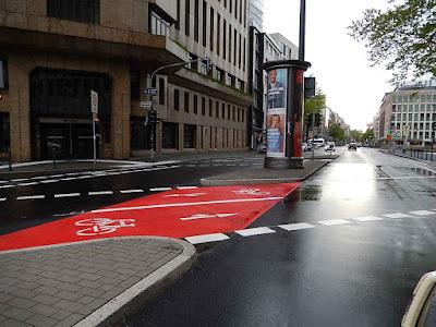 http://www.rp-online.de/nrw/staedte/duesseldorf/stadtteile/stadtmitte/nach-umbau-fahrradfreundlichste-kreuzung-der-stadt-aid-1.5122210