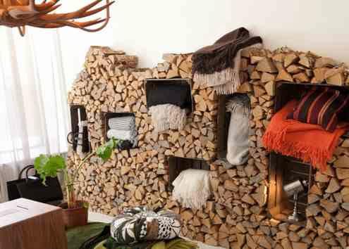 Drewniane skrzynki otoczone szczapami drewna