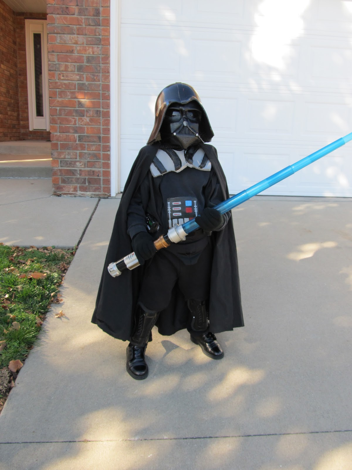 diy project crazy home made darth vader costume. Black Bedroom Furniture Sets. Home Design Ideas